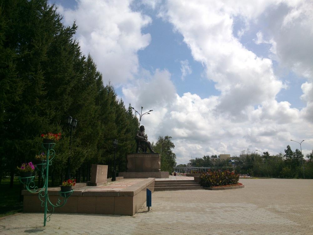 Памятник Ахмету Байтурсынову перед университетом